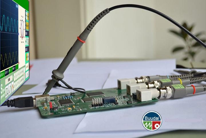 便携 专业 超高性价比 与传统示波器相比,电脑示波器将绝大部分的数据计算和波形显示功能用计算机软件来实现,在大幅度缩减产品尺寸提供便携性的同时,价格的巨大优势将领更多的工程师受益。 软件功能强大 可裁剪 可定制 升级便捷 电脑的计算与绘图能力超过传统仪器很多年,电脑的普及和性能日益提升更使软件不受制约。电脑软件固有的能强大可制定和修改的方便的特性成为虚拟仪器更大的优势。 让更多的技术人员拥有自己的示波器 工程师、电子爱好者、学生、维修技师、出差调试技术人员再也不用犹豫要不要花大价钱买一台占半个桌面的示波